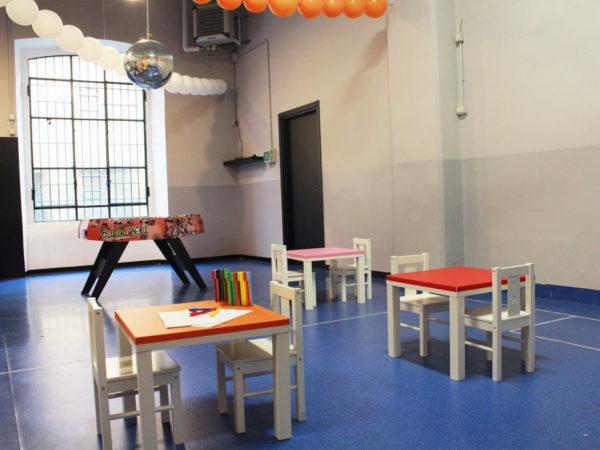 Mesinhas para oficinas infantis no espaço de festas de aniversário da Robert Cutty Kids_