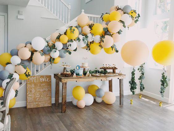 Composizione in balloon art gialla e bianca
