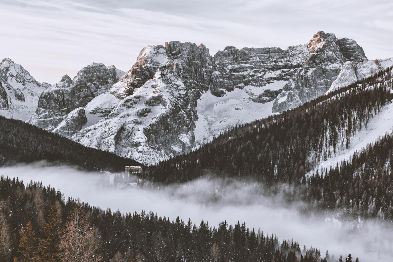 Montagne e nuvole vacanze di Natale
