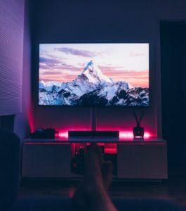 Televisione in casa con montagna come salva-schermo