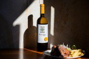 Bottiglia di vino su un tavolo