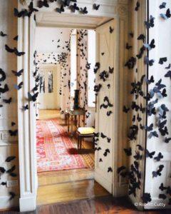 Farfalle nere in stanza bianca Fuorisalone 2019