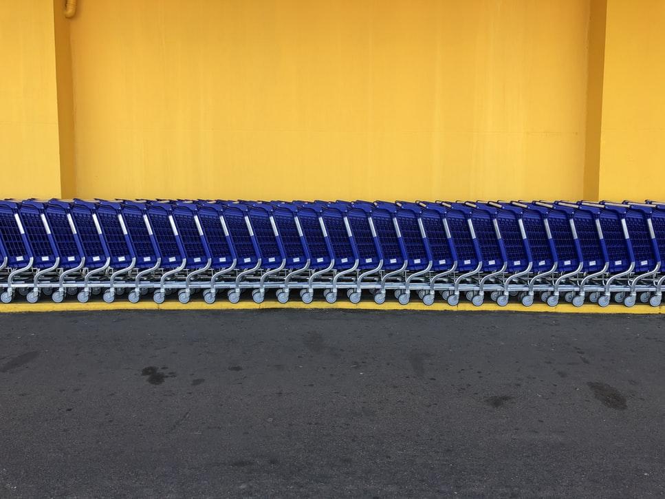 Carrelli blu su sfondo giallo
