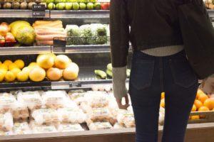 Signora che sceglie in uno dei supermercati italiani