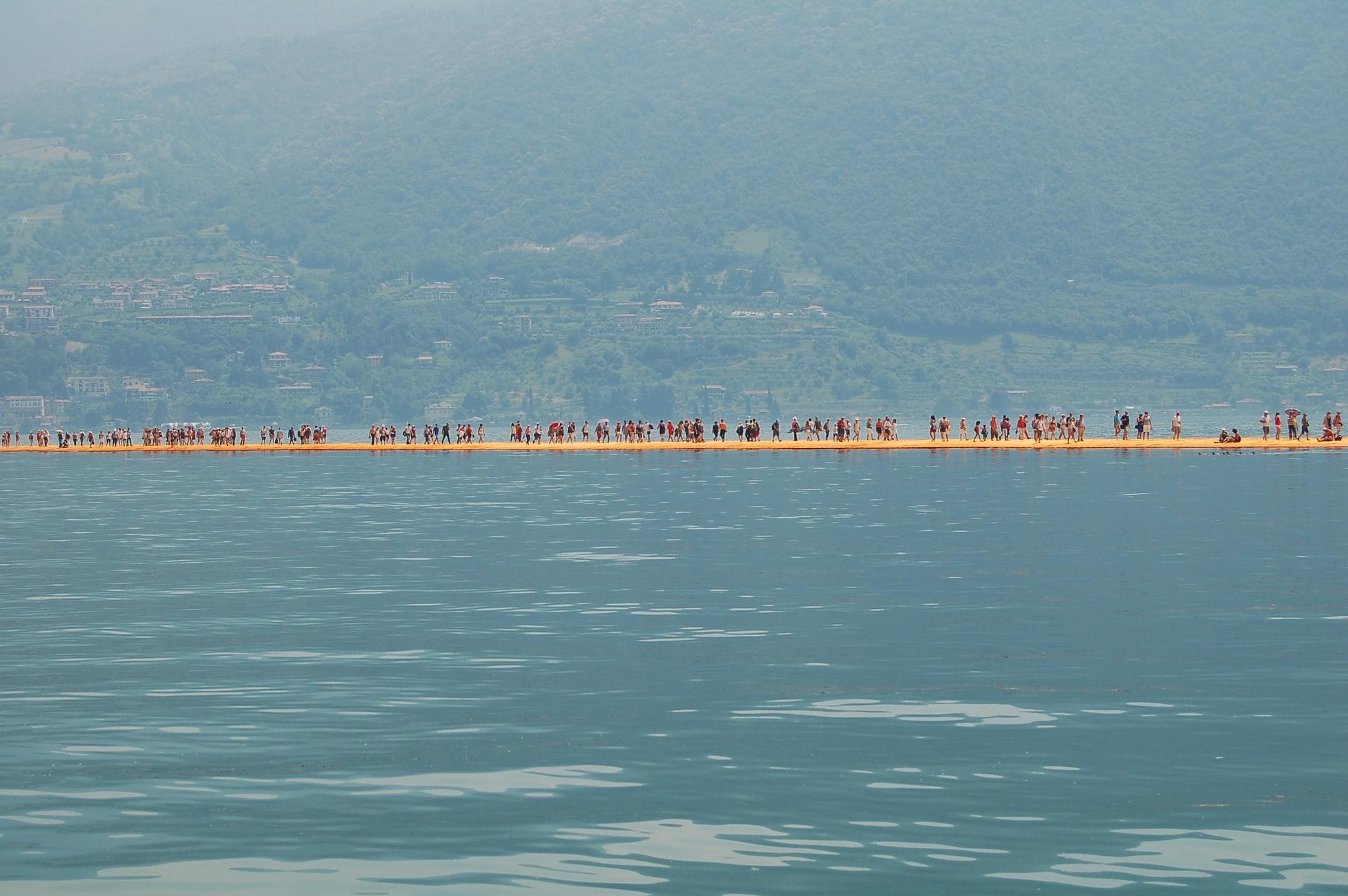Ponte sul lago dell'artista Christo