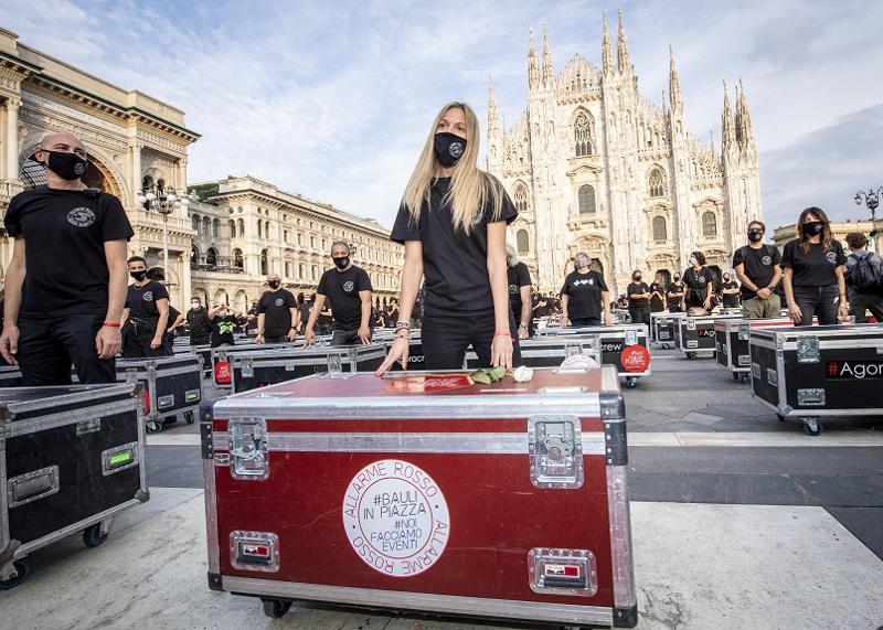 Persone in piazza Duomo
